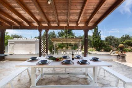 Pranzare e cenare all`aperto, ma anche rilassarsi sul dondolo e fare  partite a ping pong