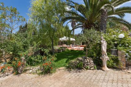 Il pregevole giardino è curato e di interesse orto-botanico