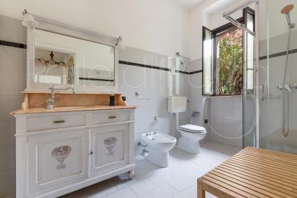 La casa vacanze in affitto vicino Torre San Giovanni ha un bel bagno doccia