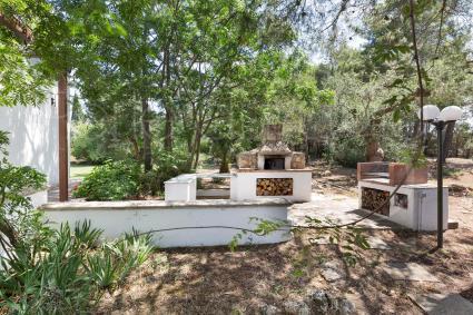 Nel verde del giardino si può cucinare sia al barbecue sia al forno a legna