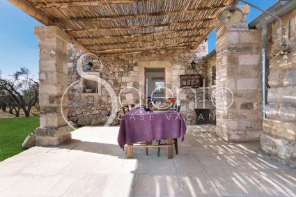 Il patio cannucciato dove pranzare e cenare all`aperto