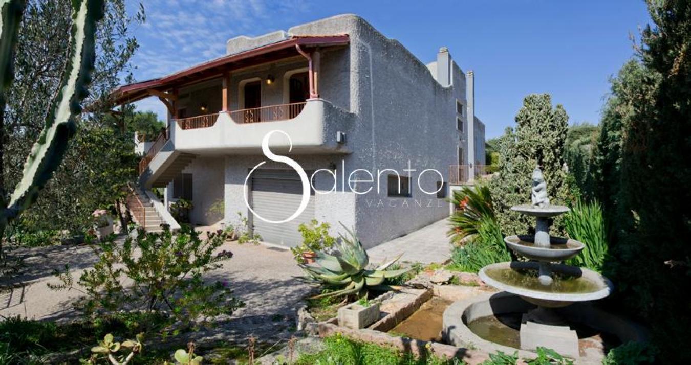 Affitto villa con giardino a matino gallipoli con 5 for Villa con 5 camere da letto