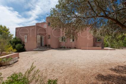Immersa nella pineta e nelle essenze mediterranee, la villa garantisce privacy e quiete