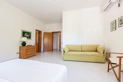 Nella prima camera matrimoniale vi è un utile divano letto per 2 persone
