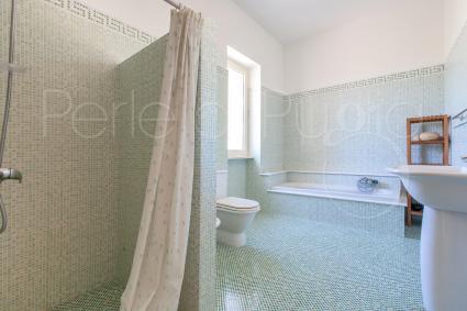 Il bagno con vasca della prima camera matrimoniale