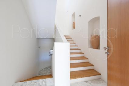 Due rampe di scale portano al primo piano della villa